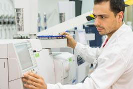 Trabajador en laboratorio de AGQ Labs Chile