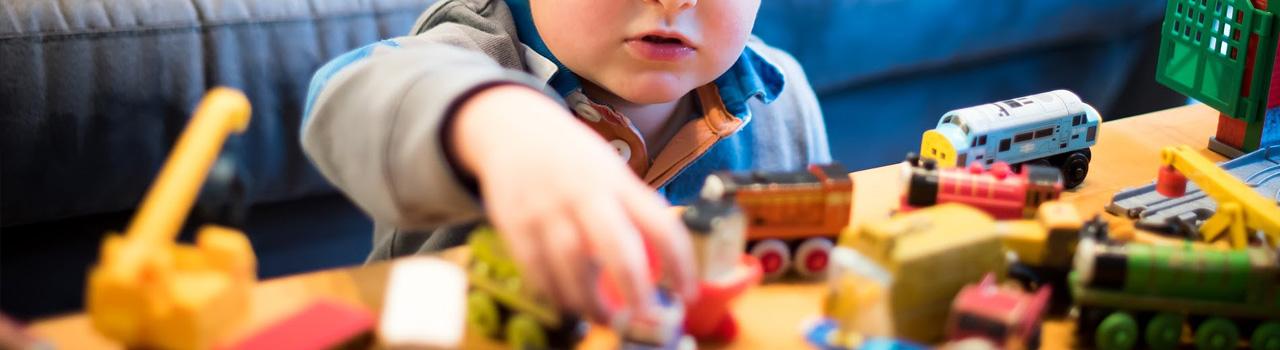 Salud y Seguridad de AGQ Labs Chile: niño jugando con juguetes