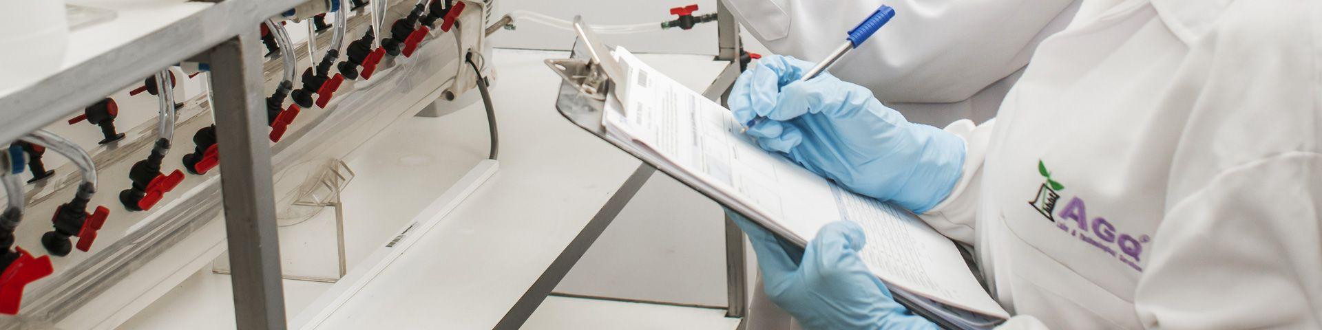 Trabajador haciendo pruebas en AGQ Labs Chile