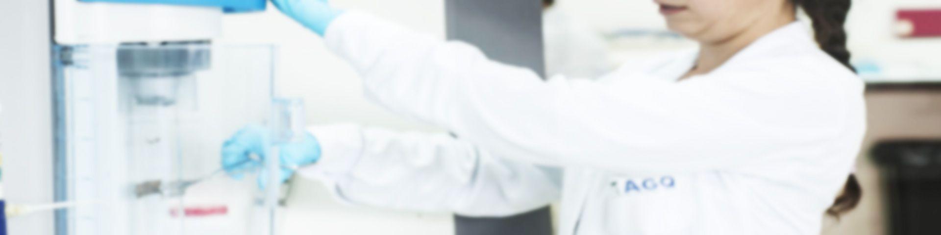 Trabajadora en laboratorio de AGQ Labs Chile