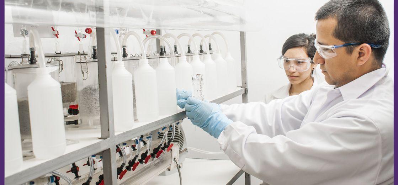 Trabajadores de AGQ Labs Chile realizando una medida